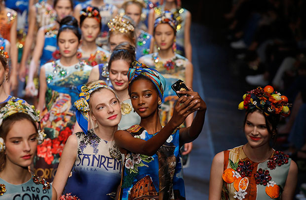 desfile golce and gabbana italie is love selfies